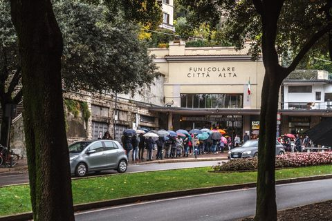 Warteschlangen vor der Funicolare Città Alta