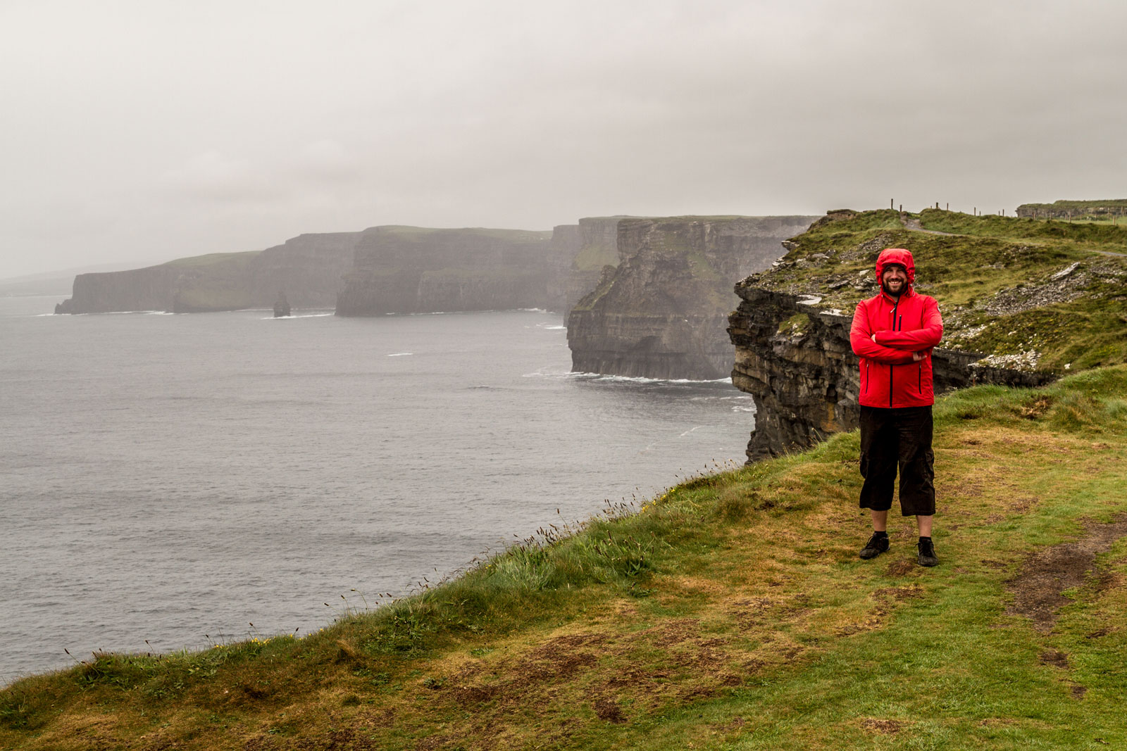 Willi vor den Cliffs of Moher in Irland