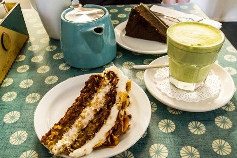 Matcha Latte und Coconut & Parsnip Cake