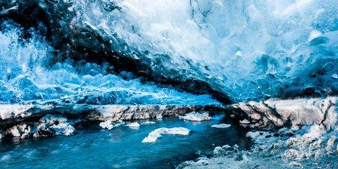 Durch eine Eishöhle im Vatnajökull