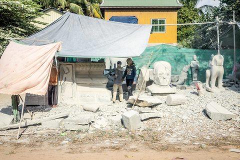 Steinmetze neben der Straße nach Phnom Penh