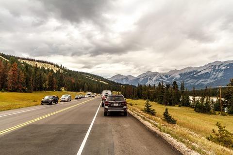 Parkende Autos neben dem Highway